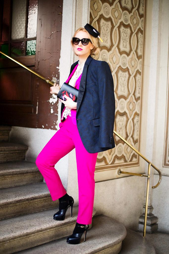 Alina Tanasa poarta palarie cu tigara Kristina Dragomir si icase DVF si bluza Maria Lucia Hohan Lace, pantofi Musette, jacheta Moschino la Milano Fashion Week