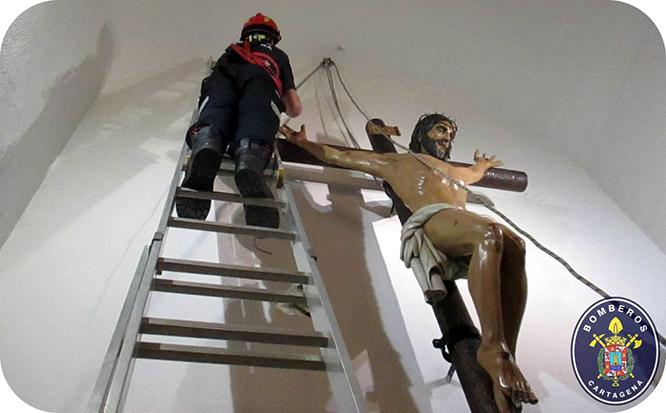 Bomberos participan en la bajada del Cristo del Socorro