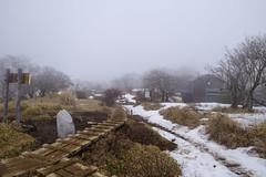 残雪残る丹沢山の山頂