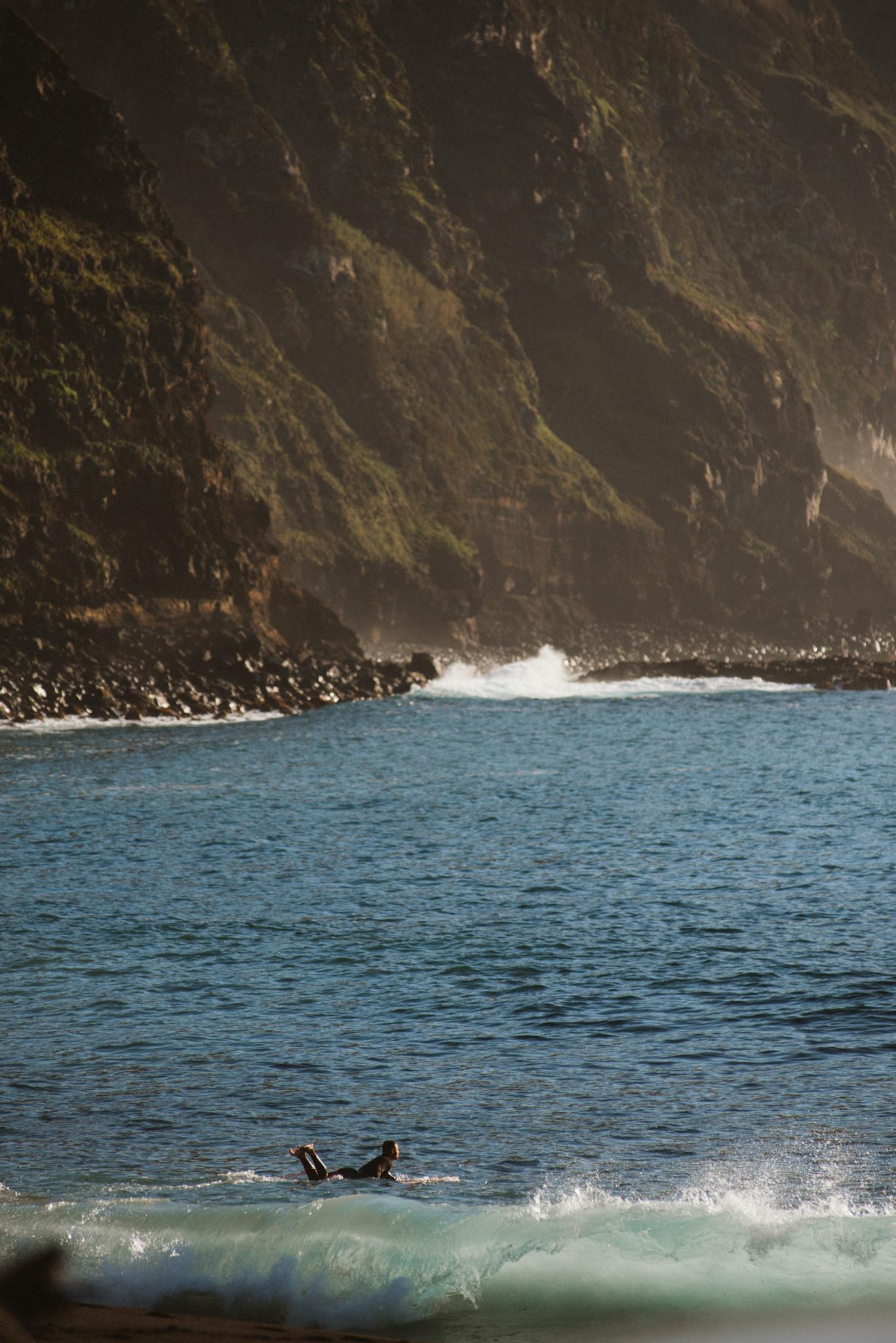 Egy szörföző Praia dos Mosteiroson az Azori-szigeteken.