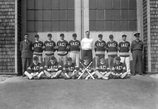 Softball team of the No.1 Naval Air Gunners School, Royal Canadian Navy, Yarmouth, Nova Scotia / Équipe de balle molle de l'École de tir no 1 de l'Aéronavale, Marine royale canadienne, Yarmouth (Nouvelle-Écosse)