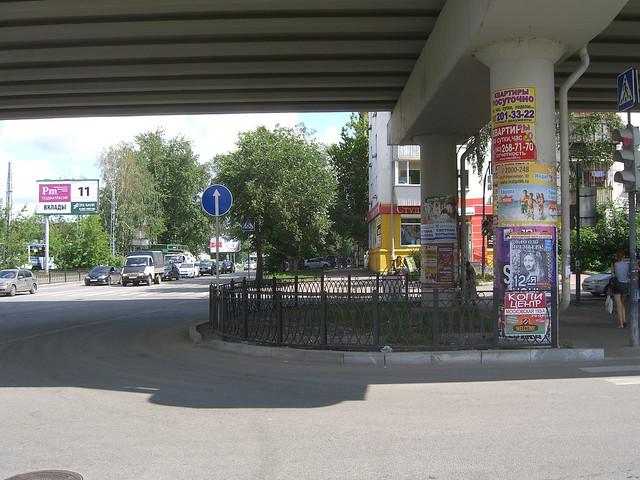 Перекресток Московская-Большакова. Под эстакадой