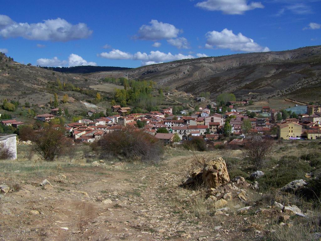 Tranquilo pueblo de Peralejos de las Truchas. Autor, Ángel Martín Expósito