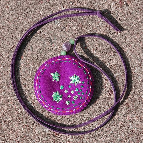 Felt pendant necklace 'Plum' (front)