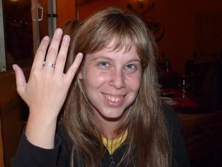 Rebeca enseñando el anillo de compromiso