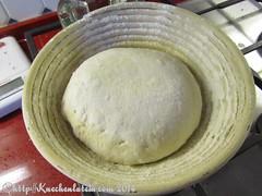 ©Teigkugel Naht unten im Gärkorb bran-encrusted bread
