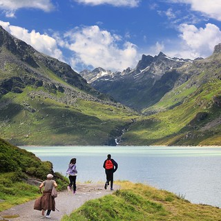 A playful family run around the Silvretta reservoir