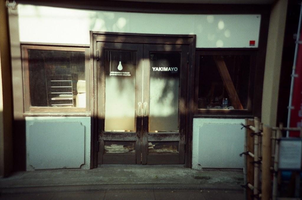 鬼子母神社 Tokyo, Japan / KODAK 500T 5219 / Lomo LC-A+ 這家店裡面亂亂的,那時候我覺得應該是倒閉了,但是後來我在網路上查,看起來是還有在經營,但店家怎麼像是廢棄一樣。  好神奇。  但有一家這樣很文青的店家,工作起來好像也有點酷。  Lomo LC-A+ KODAK 500T 5219 V3 7393-0022 2016-05-21 Photo by Toomore