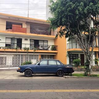 Volvo 240 #carsinfrontofhouses #volvo #volvo240 #chivera #soloparking #morninautos #swedishcar #lima #miraflores