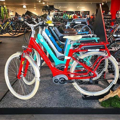 Unser Fuhrpark für die 👀 #elly #hybrid #cubebikes #colorful #cool #forthegirls #loveit