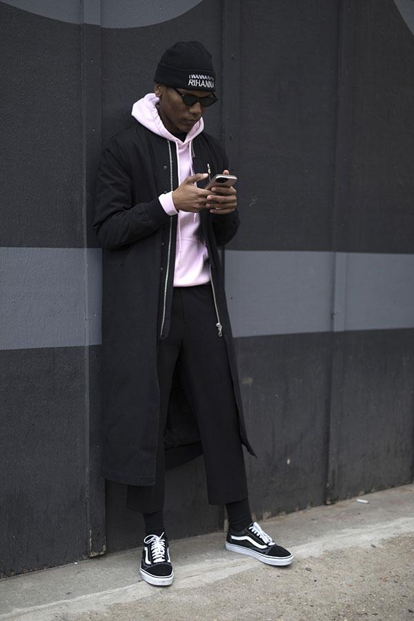 黒ニットキャップ×黒ロングコート×ピンクパーカー×黒クロップドパンツ×VANS OLD SKOOL黒