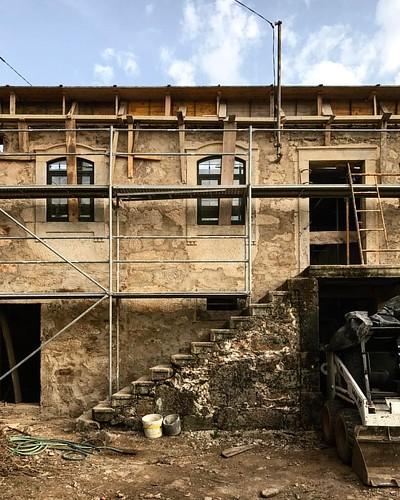 sobreposições | moradia folgorosa por @eva_atelier | #quiet #portugaldenorteasul #PortugalComEfeitos #memories #nothingisordinary #wall #roof #textures #valedecambra #p3top #portugal #architecture #archilovers #arquitectura #stone #house #heritage #light