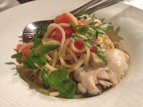 牡蠣の入ったパスタ、美味しい!牡蠣とフレッシュトマトとクレソンのスパゲティ@恵比寿 es