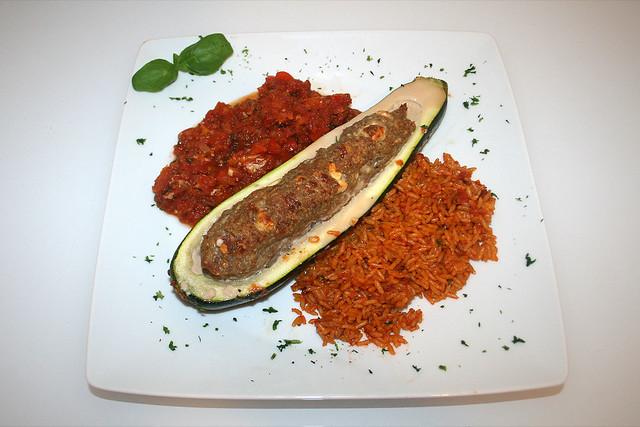 40 - Gefüllte Zucchini im Gemüsebett - Serviert / Stuffed zucchini on vegetables - Served