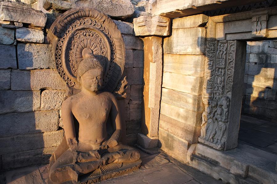 Буддийская ступа и будда © Kartzon Dream - авторские путешествия, авторские туры в Индию, тревел видео, фототуры