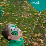hmc015 -- Corban Broadbent, 3, plays with a Titan balloon.