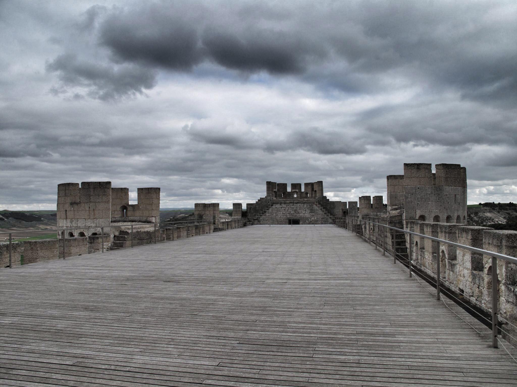 castillo peñafiel_patio de armas_museo provincial del vino_valladolid