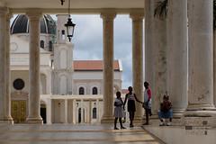 Niñas y niños jugando en la explanada de la Catedral de Mongomo, Guinea Ecuatorial