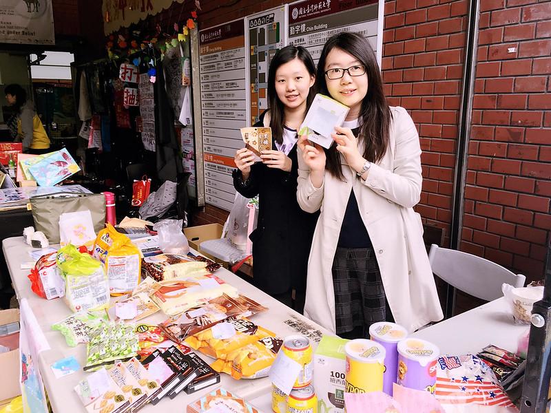 總籌東亞108嚴心柔(左)和東亞108黃怡婷(右)表示,東亞週提供東亞國家的美食,讓大家能獲得飽足感與幸福感。圖/東亞系學會提供
