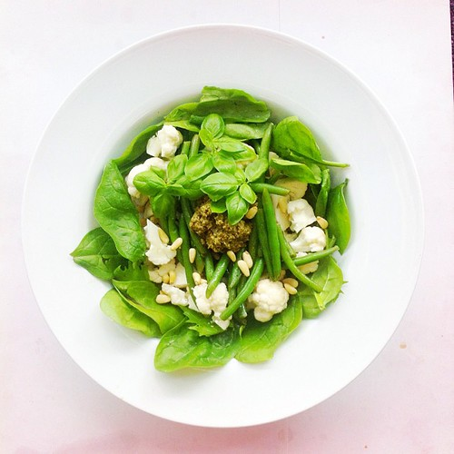 Cauliflower week. Recipe n.5: lettuce, spinach, raw cauliflower, green beans, basil, pine nuts. Dressing: Pesto,  extra virgin olive oil.  #salad #salads #saladjam #saladlunch #veg #vegan #veggie #veganlunch #veganshare #vegetarian #health #healthy #healt