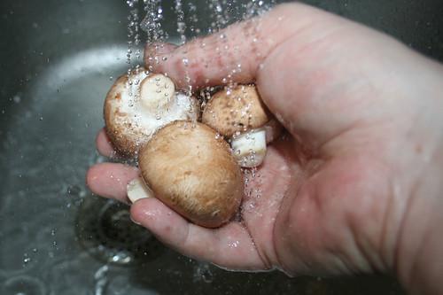 23 - Champignons waschen / Clean mushrooms