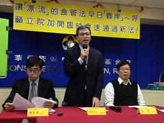 消基會召開記者會,要求立院過年前完成食管法修正法案審查,圖為名譽董事長謝天仁(中)致詞。