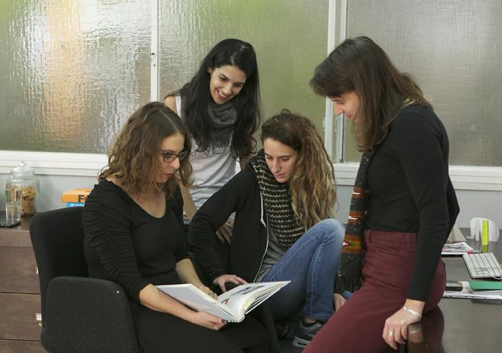 צוות סטודיו אנזלביץ בצילום אילוסטרציה