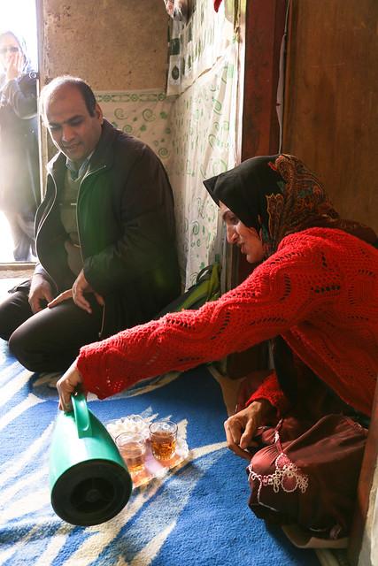 Qashqai woman making tea, Firuzabad, Iran フィールーズ・アーバード、チャイを入れるカシュガイ族女性