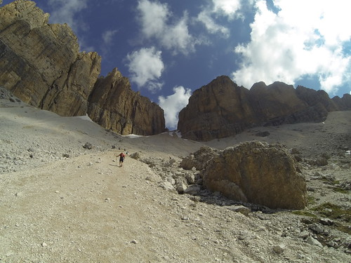 Forcella Pordoi... 2km, 650m D+. Target, the col up there!