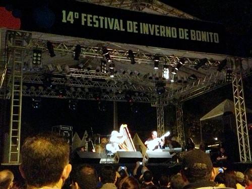 Marcelo Loureiro multi-instrumentalista tocando música folclórica latina