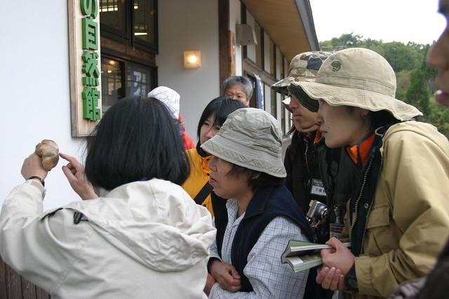 キノコの見分け方をじっくりと説明する山手先生.参加者も熱心に聞いていた.