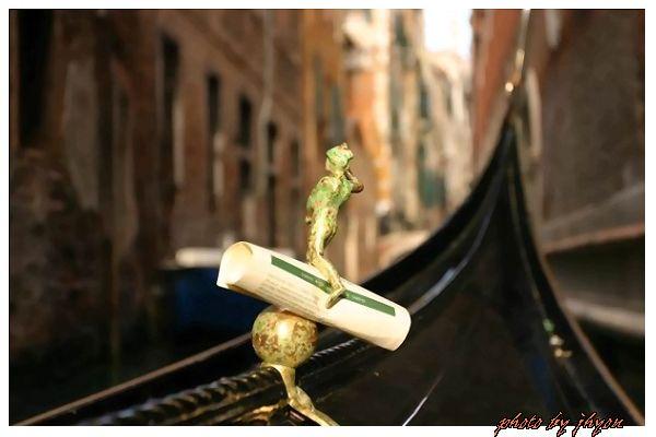 1108878300_威尼斯鳳尾船(貢拉多船)上夾文件的特殊小雕像