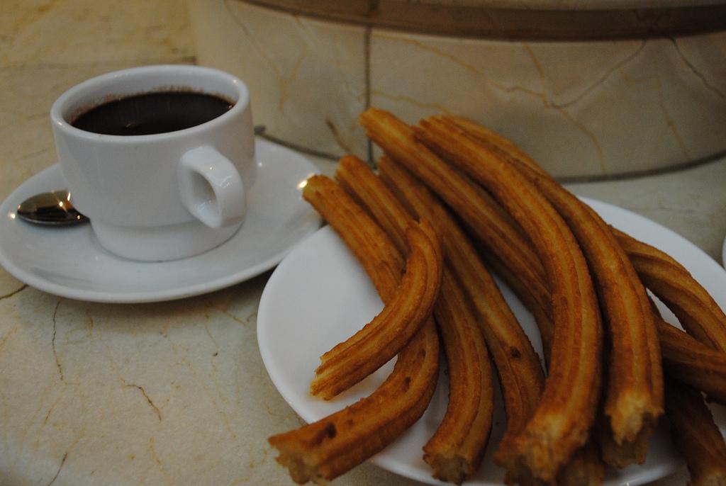 5. Una gran ración de churros con chocolate. El desayuno perfecto de Madrid. Autor, Ellsea64