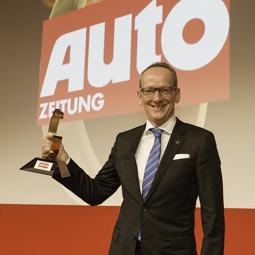 Opel CEO Dr. Karl-Thomas Neumann mit der Auto Trophy 2013