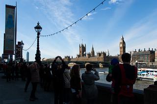 Touristes le long de la Tamise près du Palais de Westminster et Big Ben