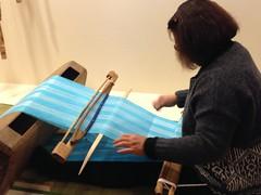 利用苧麻、棉混紡而成的棉麻線,透過師傅細心設計與巧手,編織成美麗的布。