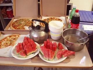 (中午小型簡報分享會,就有團膳的PIZZA、同事家人提供的愛心西瓜跟綠豆湯)