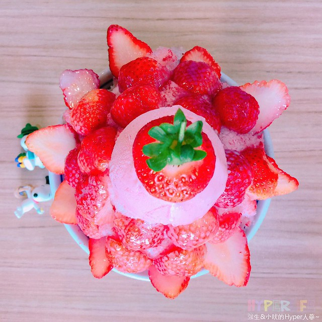 台中科博館散步美食◖有春冰菓室◗,捧著一顆風梨插上果汁拍照很有梗~充滿粉紅泡泡的草莓冰超適合情侶約會享用!!芋頭牛奶冰的隱藏版吃法也激推喔! @強生與小吠的Hyper人蔘~