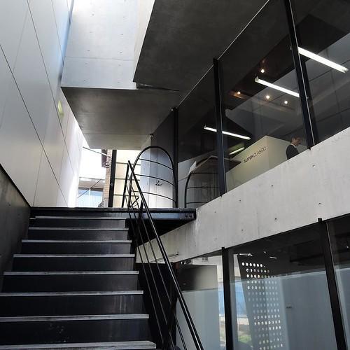 階段登って。