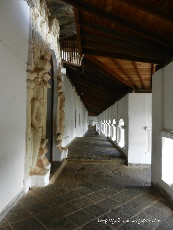 В пещерном храме Шри Ланки
