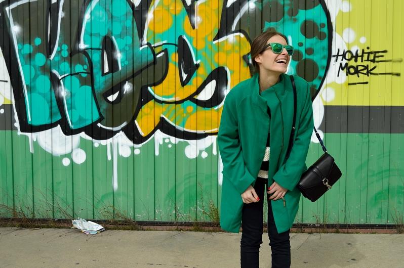 lara-vazquez-madlula-blog-green-coat-sunglasses-happy-streetstyle
