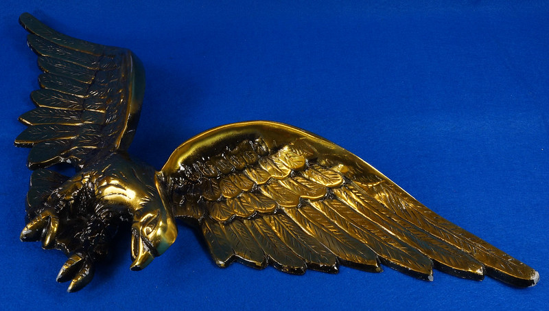 RD15262 Vintage Patriotic American Soaring Eagle Wall Hanging Plaque 25 inch Cast Metal With Brass Tone Finish DSC08891