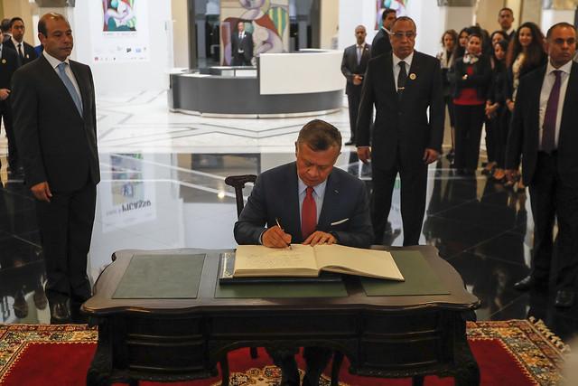 جلالة الملك عبدالله الثاني يدون كلمة في سجل كبار زوار متحف محمد السادس للفن الحديث والمعاصر