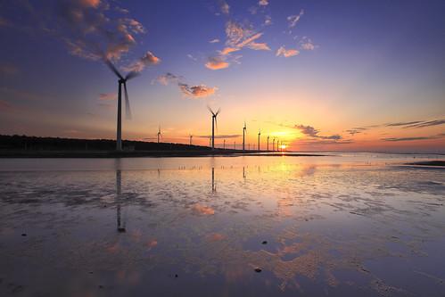 sunset sun reflection windmill canon landscape wind taiwan 夕陽 taichung 台灣 日落 turbine 風景 wetland 台中 濕地 風車 清水 高美 gaomei 風力發電 倒影 kaomei 風景攝影 5d2