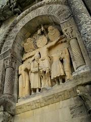 Foussais-Payré Eglise romane Saint Hilaire. Baie aveugle en plein cintre et haut-relief