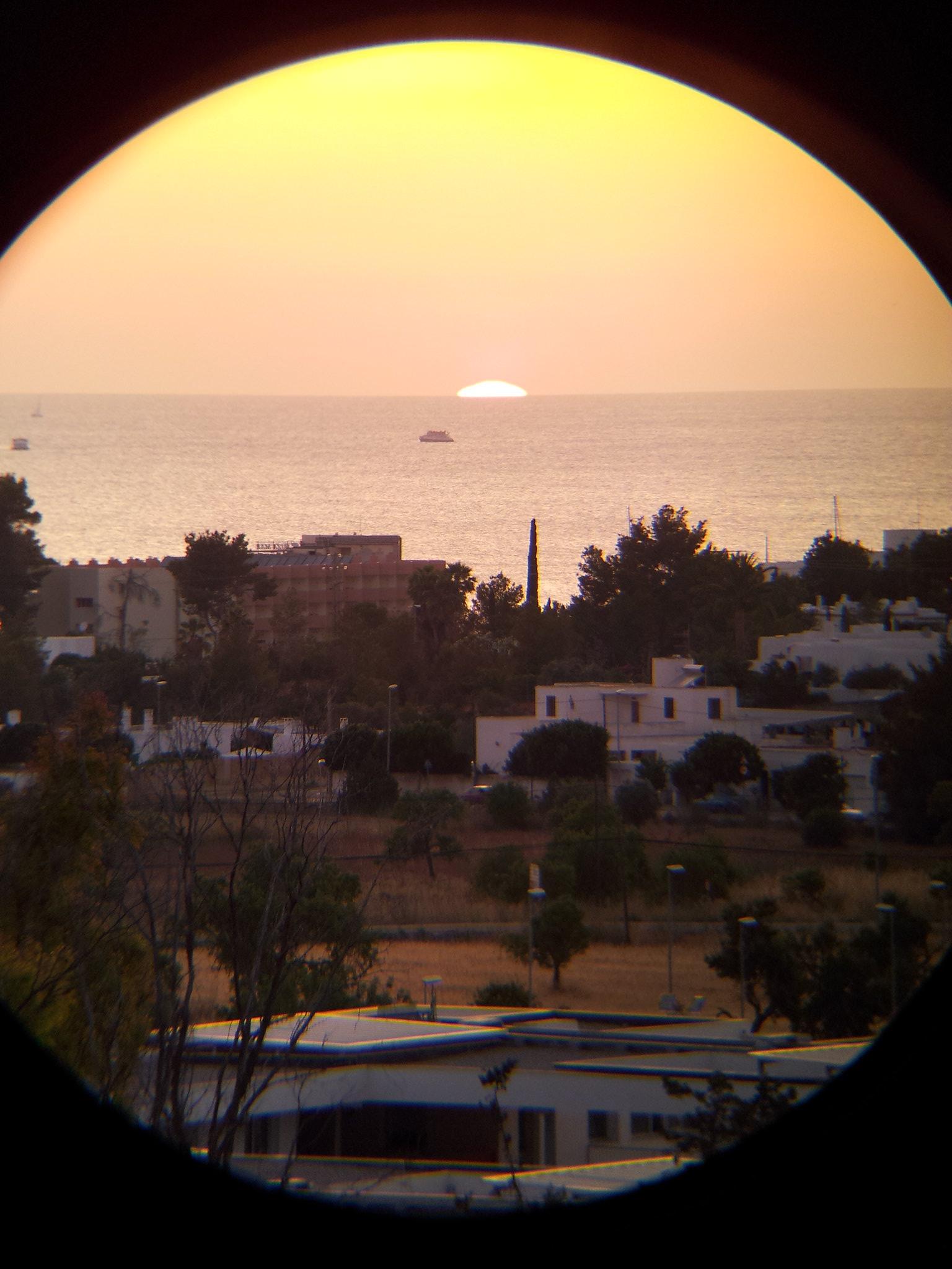 puesta de sol con prismaticos