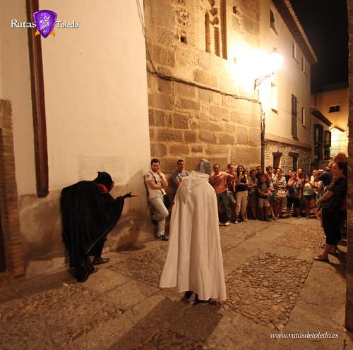 Templarios en Toledo con una representación de teatro, por la noche