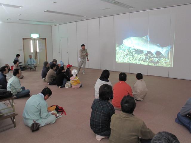 大きな写真を使いながら解説する内藤先生.