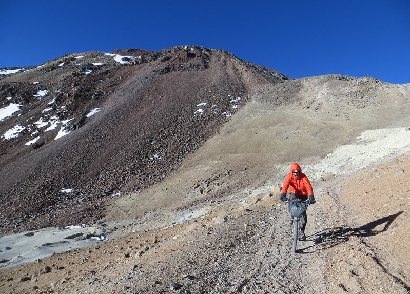 Descending from the refugio on Sairecabur