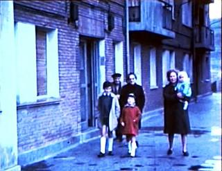 Su esposa, tres de sus hijos y sus padres, en un fotograma de las películas que realizaba.